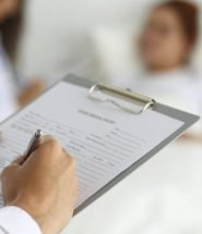 Doutor e pasciente tratamento bom diminui risco de morte